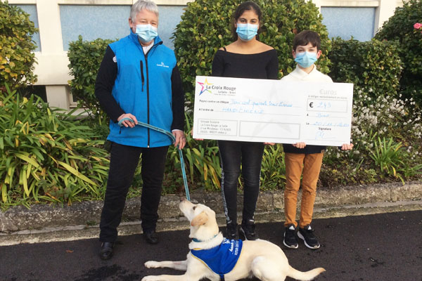 Remise de chèque à l'association Handi'chiens par les 5ème